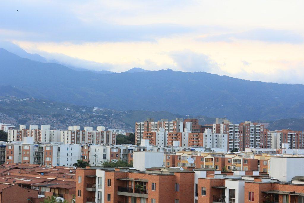 Colombienne joue avec ses trous